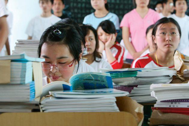 Moksleiviai trejus metus ruošiasi valstybiniam egzaminui, kurio pažymys lemia galimybę įstoti į vieną Kinijos aukštųjų mokyklų. (Vida Press nuotr.)