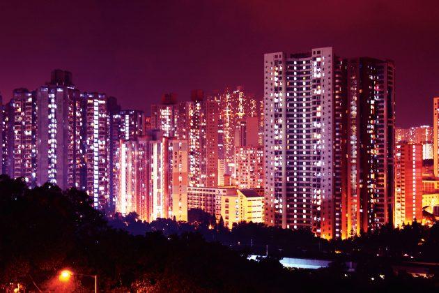Dienos šviesą sutemus pakeičia milijonai lempučių. (Asmeninio archyvo nuotr).