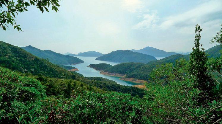 Prie miesto yra daug mažų salų, įlankų, poilsiautojams lengvai pasiekiamų paplūdimių ir kalnų.